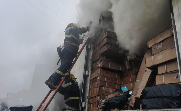 一北京开往湖南的快递车起火,13吨包裹烧为灰烬