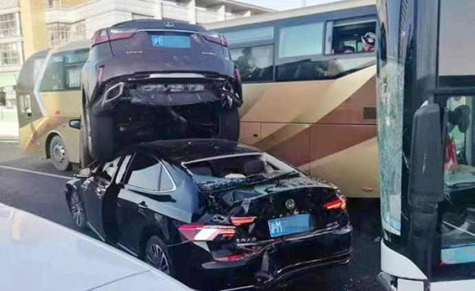 今晨上海内环高架发生多车相撞事故,目前事故已处理完毕