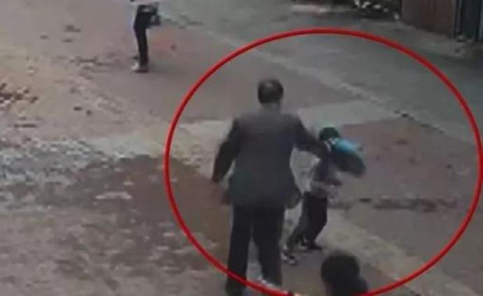 湖北4歲男孩奉勸老漢乘公交不逃票,竟被手袋砸頭打倒在地