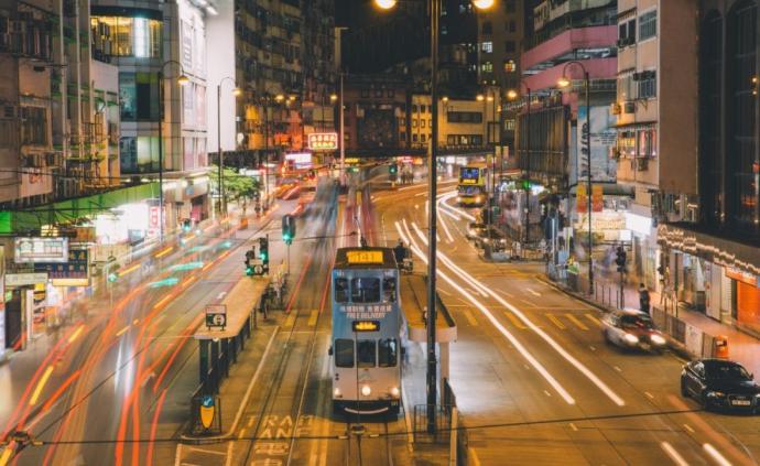 在香港至暗的夜,大叔突然唱起了《英雄贊歌》