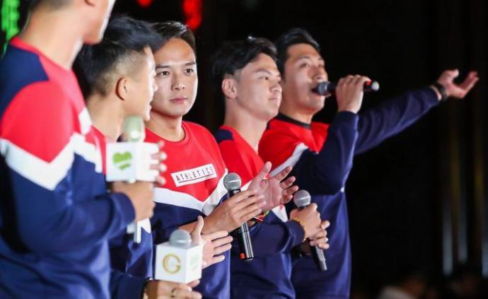 """""""我們都是中國人"""",香港明星在滬慈善晚宴上高歌《中國人》"""