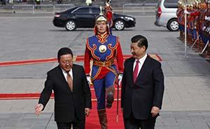 习近平彭丽媛观看那达慕,获赠两匹蒙古马