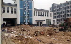 石家庄一高校未完工就开学,学生泥泞地板上打地铺男女混住