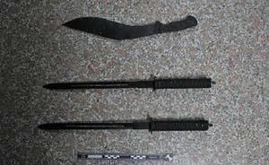 男子挥刀一路砍砸车辆不听劝告并袭警,上海警方将其击倒