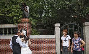 """""""挤""""到鼓浪屿拍婚纱照:一个广场11对新人让摄影师抓狂"""