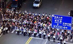 """手挽手站三排,上海警方在外滩人行道设""""移动人墙""""封锁人潮"""