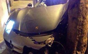 网传女司机驾千万保时捷撞树毁了车,警方:男性车主自称肇事