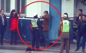 赶着去买火车票,男子闯红灯后拳打交警,被催泪瓦斯制服