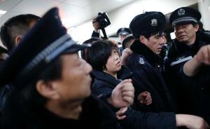 上海外滩踩踏事件追踪:家属在医院紧急登记寻人信息