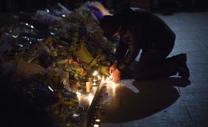 外滩陈毅广场:踩踏事件24小时,民众献花点烛祭奠遇难者