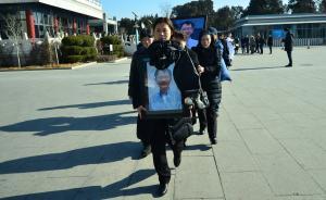素人李小文:悼念人群蜿蜒300多米