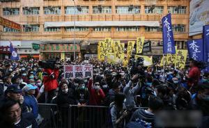 号称反水货客冲击商店殴打警察,香港数百人示威13人被拘捕