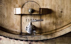 这些圆滚滚的橡木桶,到底和酿酒师一起做了些什么?