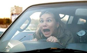 女司机为什么开不好车?想到对女司机的歧视,就会开得更糟