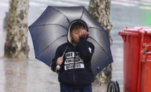 上海中小学开学首日下起冰粒,千余交管人员出动护校