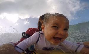 带9个月儿子冲浪引争议,爸爸说,我知道自己在干什么