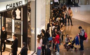 3月19日,上海国金购物中心,香奈儿专卖店门口排起长队,拉起拉杆限流。 澎湃新闻记者 寇聪 图