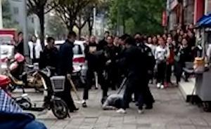 成都城管被曝关掉执法仪当街围殴摊贩,官方:正在进一步调查