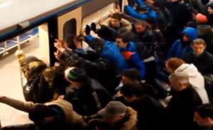 莫斯科老奶奶腿被卡站台,数十乘客推歪地铁15秒后将其救出
