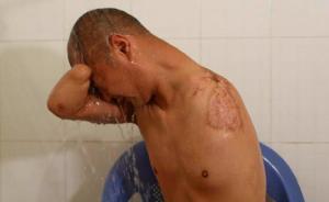 妻子易会清背起刘邦华,帮他去洗漱。  澎湃新闻记者 程艺辉 图