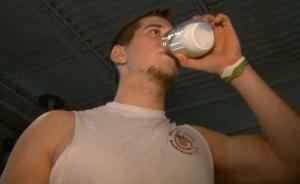 吃鸡蛋和蛋白粉都过时了?美国健身圈开始流行喝人奶了