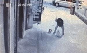 太残忍!陕西一男子当街暴打猛踩扫地小孩,多人路过无人制止