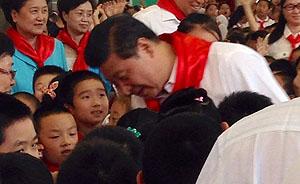 习近平参加海淀民族小学入队仪式,为小朋友系红领巾