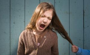 女儿因为长相被同学嘲笑,妈妈该怎么保护她?