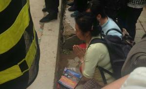 贵阳楼房垮塌现场目击:母亲警戒线外下跪祈求被困儿子平安