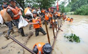 直击|罕见水情导致江苏河水上涨河堤决口,千余官兵彻夜抢险