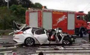 南京再发惨烈车祸:轿车钻进大货车下2死2伤,车顶被削一半