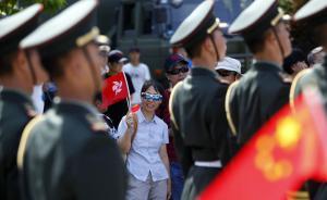 2015年7月1日,为庆祝香港回归18周年,解放军驻港部队对公众开放参观。庆祝活动上,解放军列队走过参观人群。 CFP 图