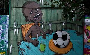 巴西街头反世界杯涂鸦:足球能当饭吃吗?