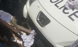 武汉一警车当街撞伤两人肇事交警被指酒驾,血样已送检