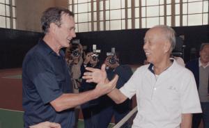 """万里""""网球外交"""":曾与老布什过招,握手言和"""