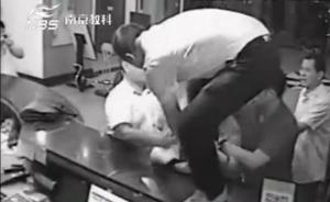 """叫嚣""""我是处长我有钱"""",南京官员砸女服务员踢保安下体被拘"""