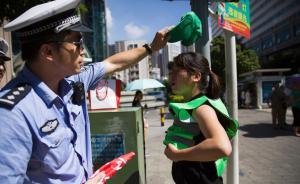 深圳闯红灯罚戴绿帽,交警回应称如果选择红色肯定很难看