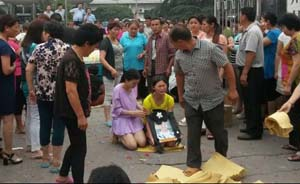 独家|河南12岁男生挨批跳楼,家属抬尸堵县政府被行拘
