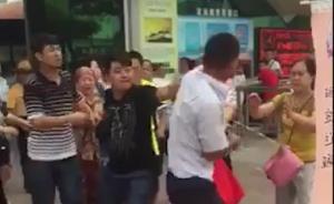 不满小孩超高补票,多名游客与威海定远舰景区工作人员群殴