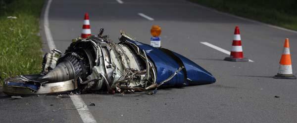 德国一架小型飞机与战斗机相撞坠毁