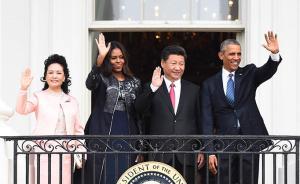 习近平夫妇与奥巴马夫妇在白宫阳台上一同挥手致意。