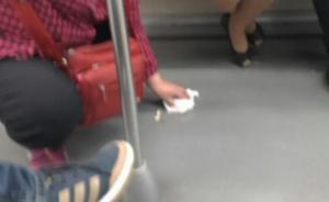 上海再现正义阿姨:女青年地铁乱扔瓜子壳,六旬阿姨一一捡起