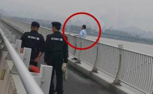 杭州一辆公交车在之江大桥上正开着,司机突然停车跳江