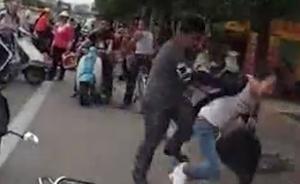 路怒族再现:广东两摩托碰擦男子当街暴打女子无人劝,已被拘