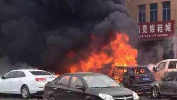 山东蓬莱汽车爆燃致3死2伤,车身大火冒出黑烟.