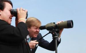 2015年10月28日,应国家主席习近平邀请,荷兰王国国王威廉-亚历山大25日至29日对中国进行国事访问。当日,荷兰国王访问上海崇明岛,参观由世界自然基金会倡议建立的一个候鸟自然保护区。 东方IC 图
