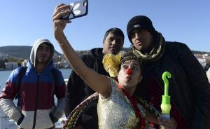 希腊海岸警卫队29日说,希腊东部爱琴海岛屿附近两天来发生至少4起难民船倾覆事故。目前已发现11具难民遗体,其中包括8名儿童。在这座悲伤的岛屿,无国界小丑组织希望为难民们带来一丝欢乐。 东方IC  图