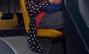 上海男子带强碱坐公交车漏半瓶在座位上,致女乘客屁股被烫伤