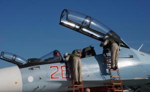 2015年11月,中国摄影师跟随俄罗斯国防部,前往叙利亚西北部的拉塔基亚市,探访位于那里的俄罗斯驻叙利亚空军基地。图为机械检修人员检查驾驶舱,为起飞做准备。  东方IC 图