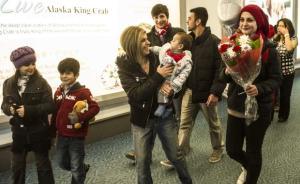 伏尸海滩小难民叔叔一家抵达加拿大,其父赴伊为难民孤儿服务